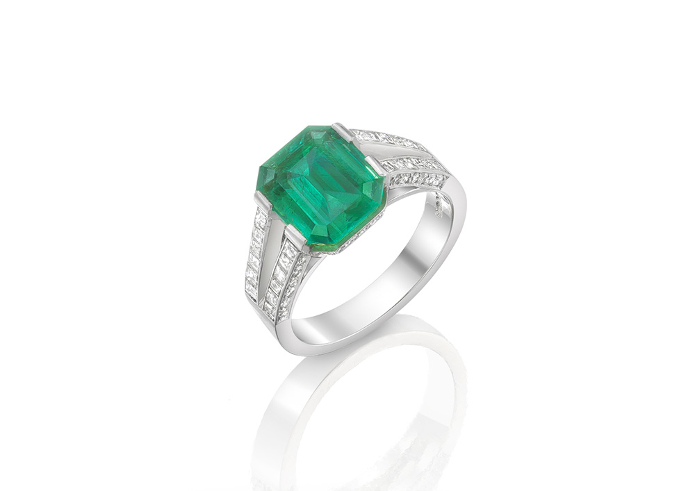 Emerald 3.30cts Diamonds 0.77cts